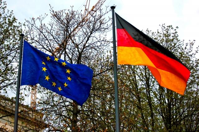ドイツ国旗とEU国旗の画像