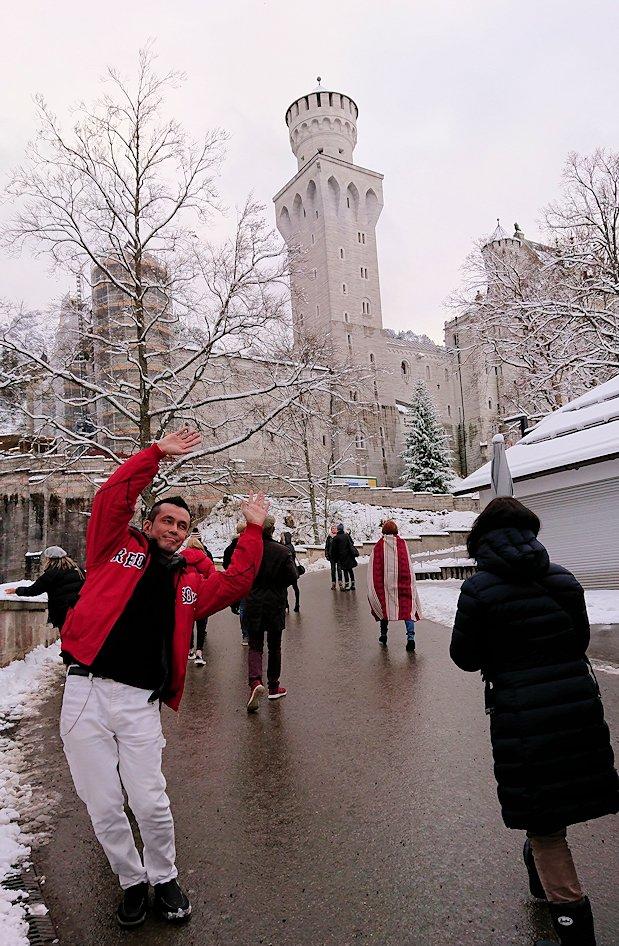 ノイシュバンシュタイン城の手前で記念撮影