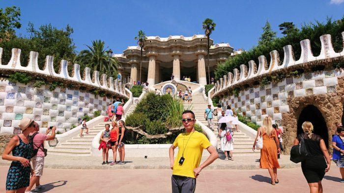 奇抜なデザインも垣間見える、ガウディ建築のグエル公園で男2人騒ぐ!-スペイン旅行記⑨