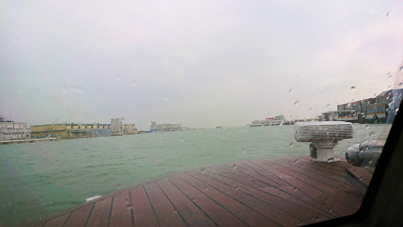 ベネチア本島に移動中の船内からの景色