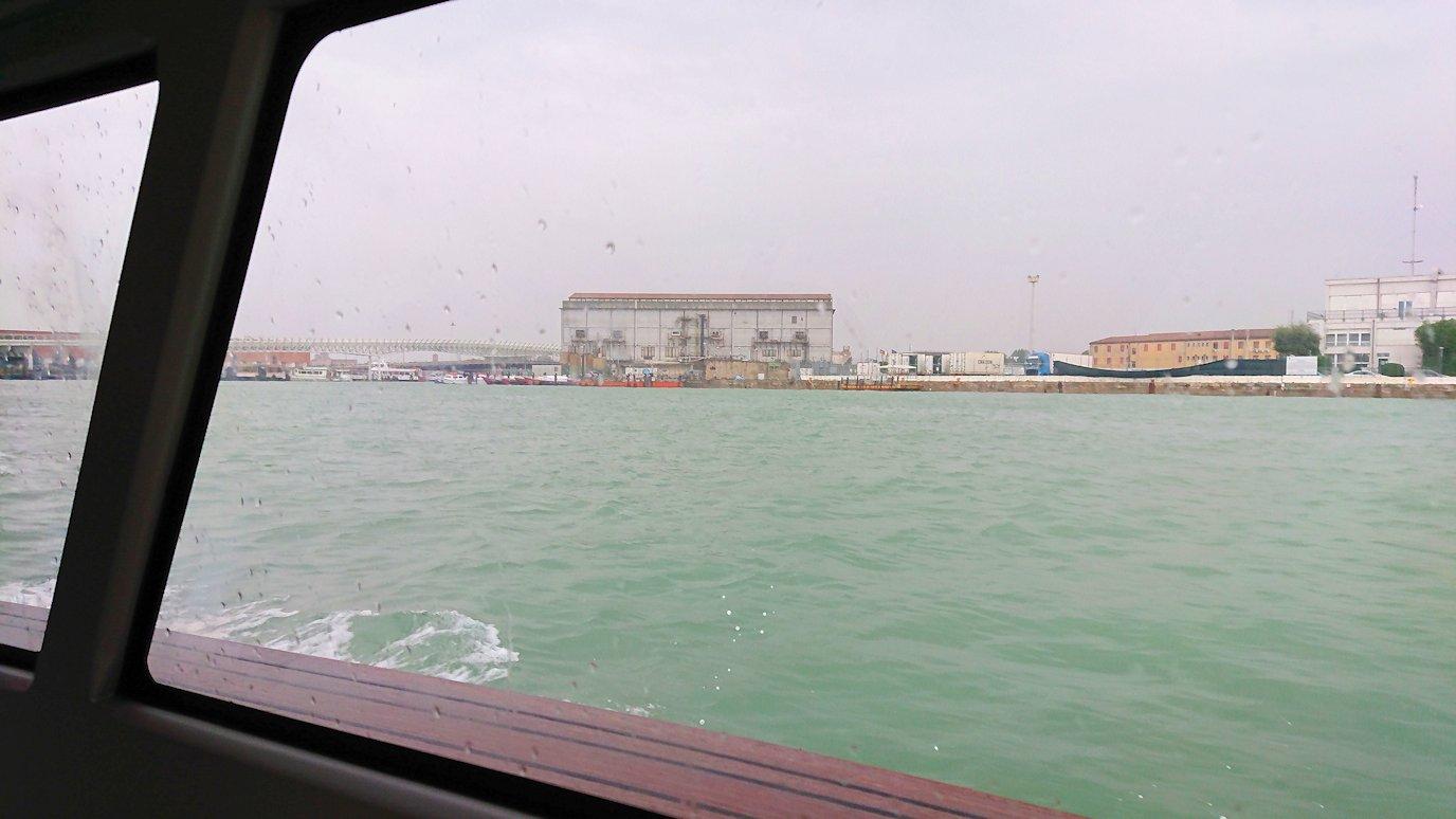 ベネチア本島に移動中の船内からの景色-2
