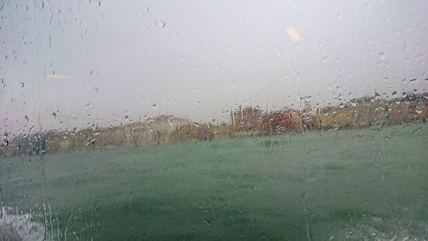 ベネチア本島に到着寸前の船内からの景色