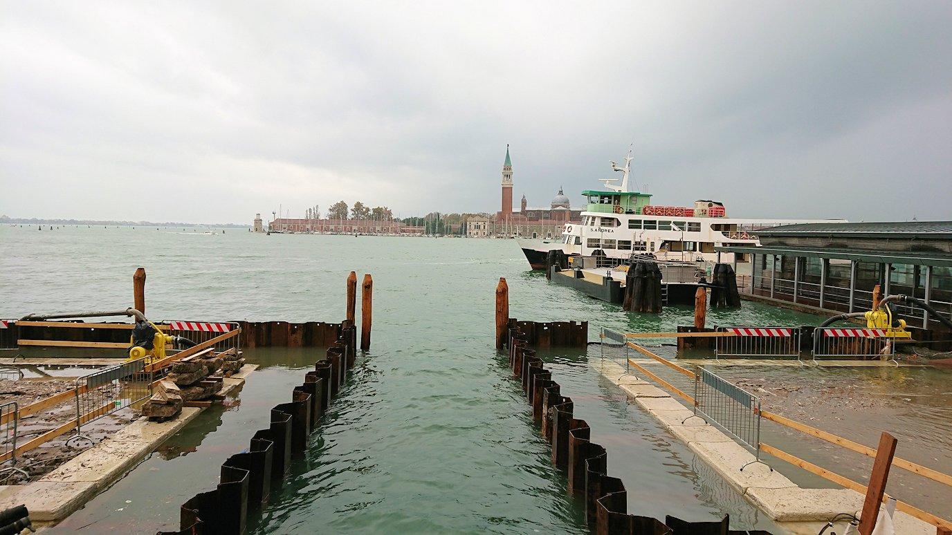 浸水するベネチア本島に到着