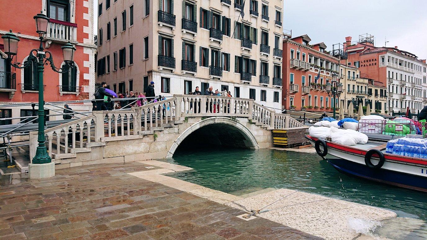 浸水するベネチアの街の橋