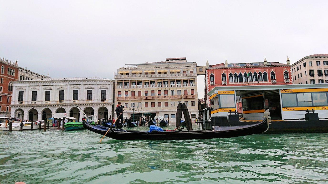 ベネチアの街でゴンドラから見る街並み2