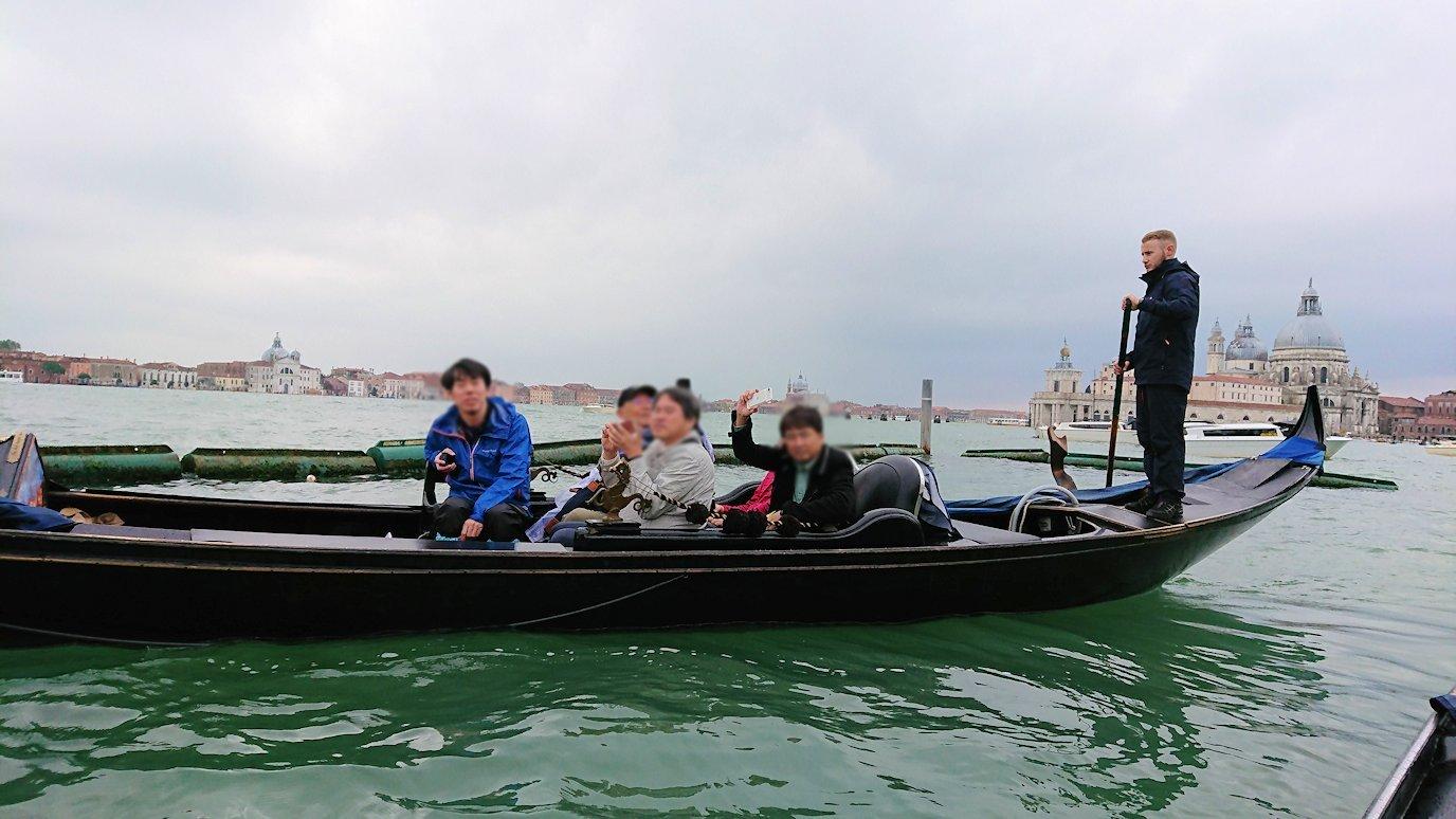 ベネチアのゴンドラから他の船をみた