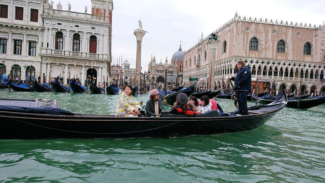 ベネチアのゴンドラから他の船をみた2