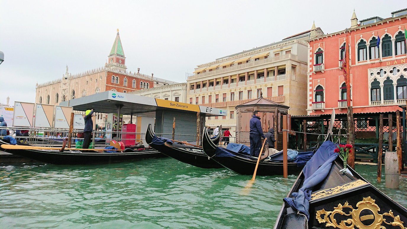 ベネチアのゴンドラ乗り場に戻る