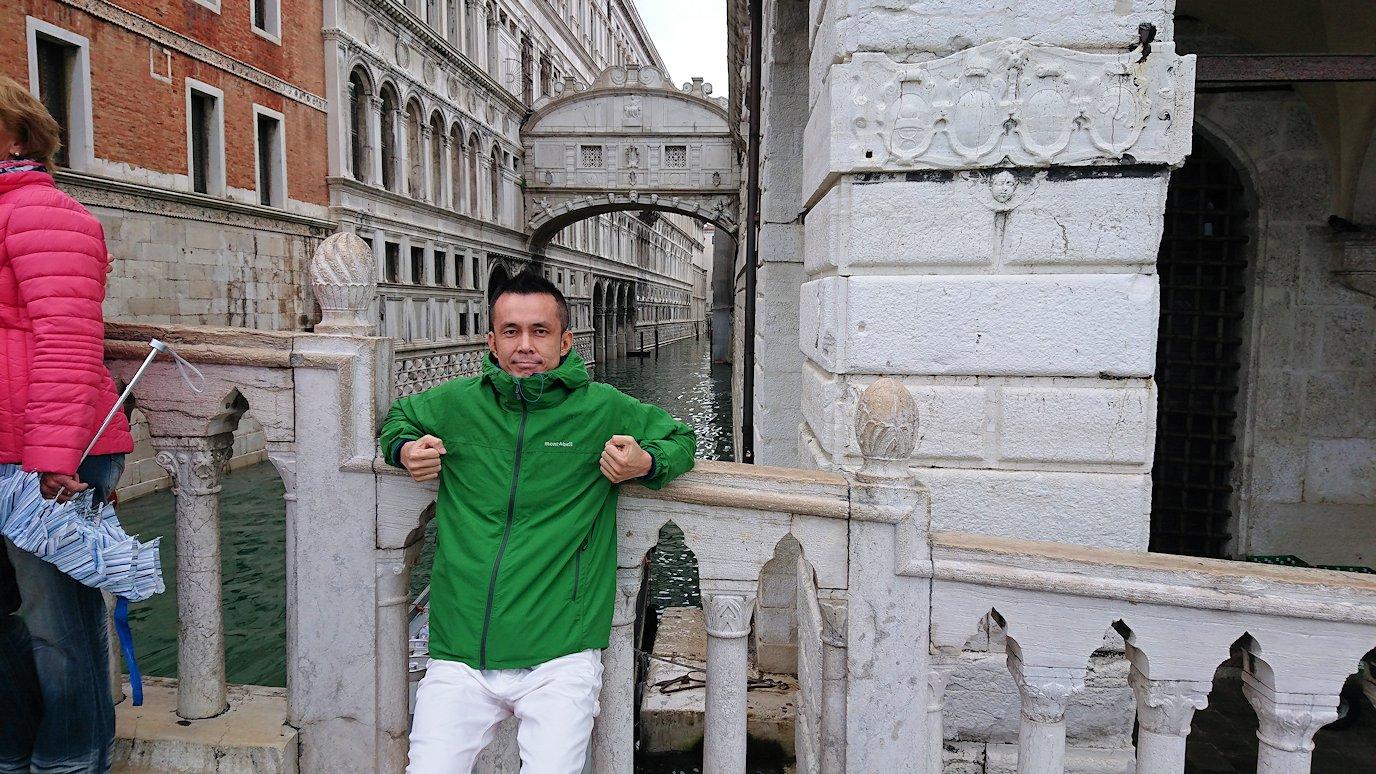 ベネチアのため息橋前で記念撮影