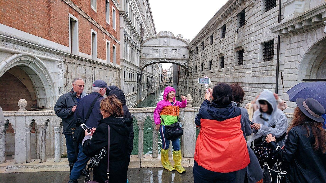 ネチアのため息橋前で記念撮影する観光客