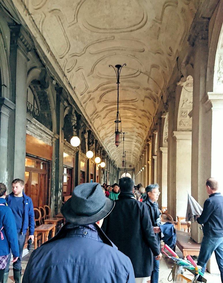 サンマルコ広場の行政長官府を進む