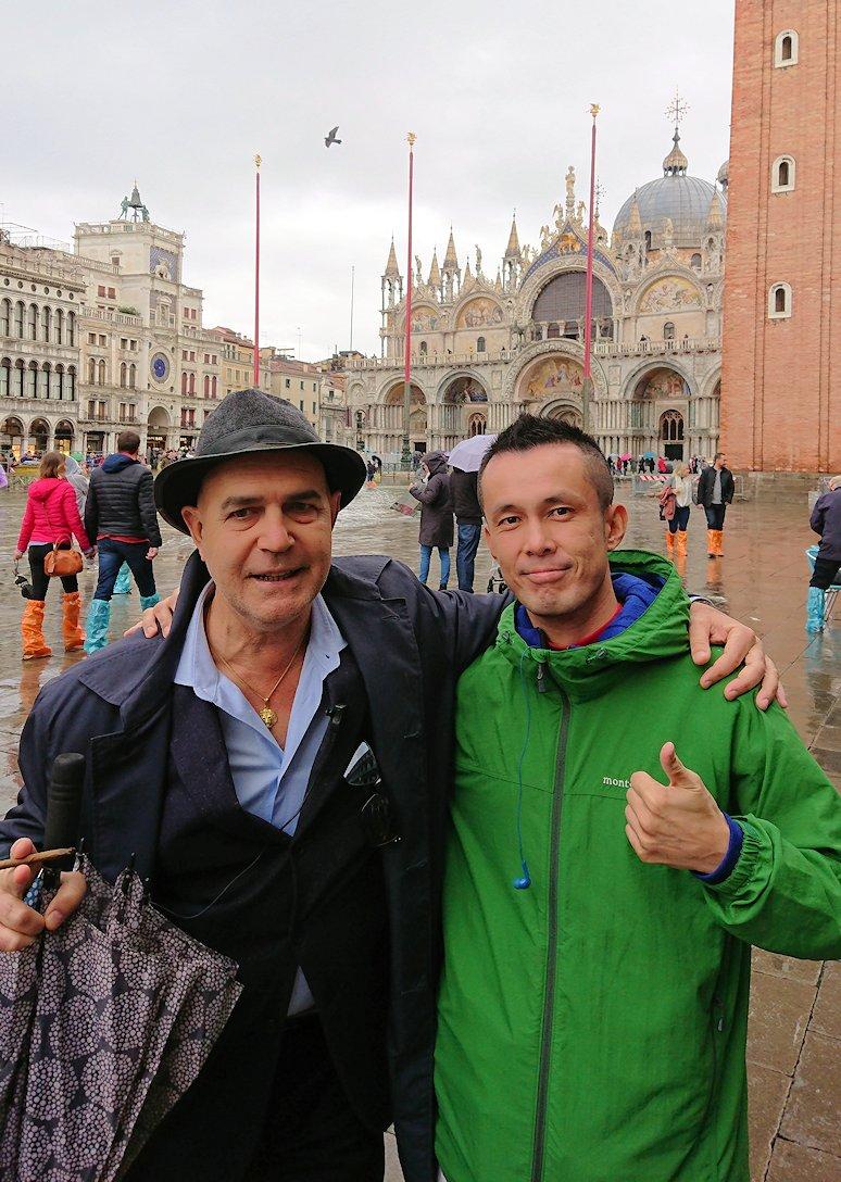 ベネチアの現地ガイドさんとツーショット写真