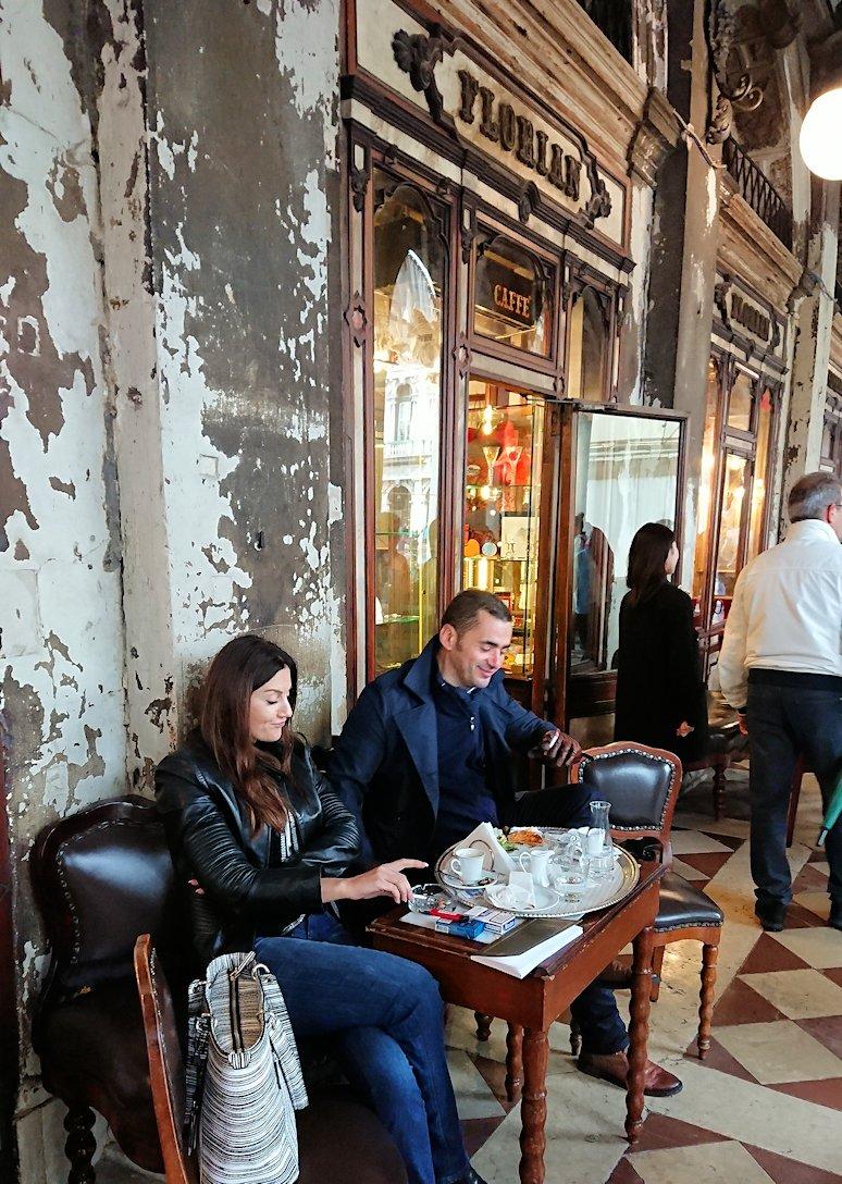 ベネチアの一番古い老舗カフェで喫茶を楽しむカップル