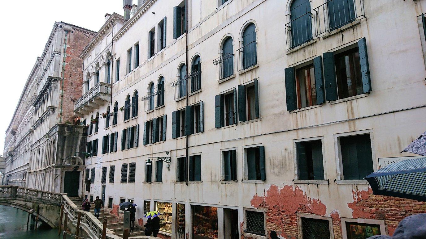 ベネチアンガラスの工房近くの橋からの建物