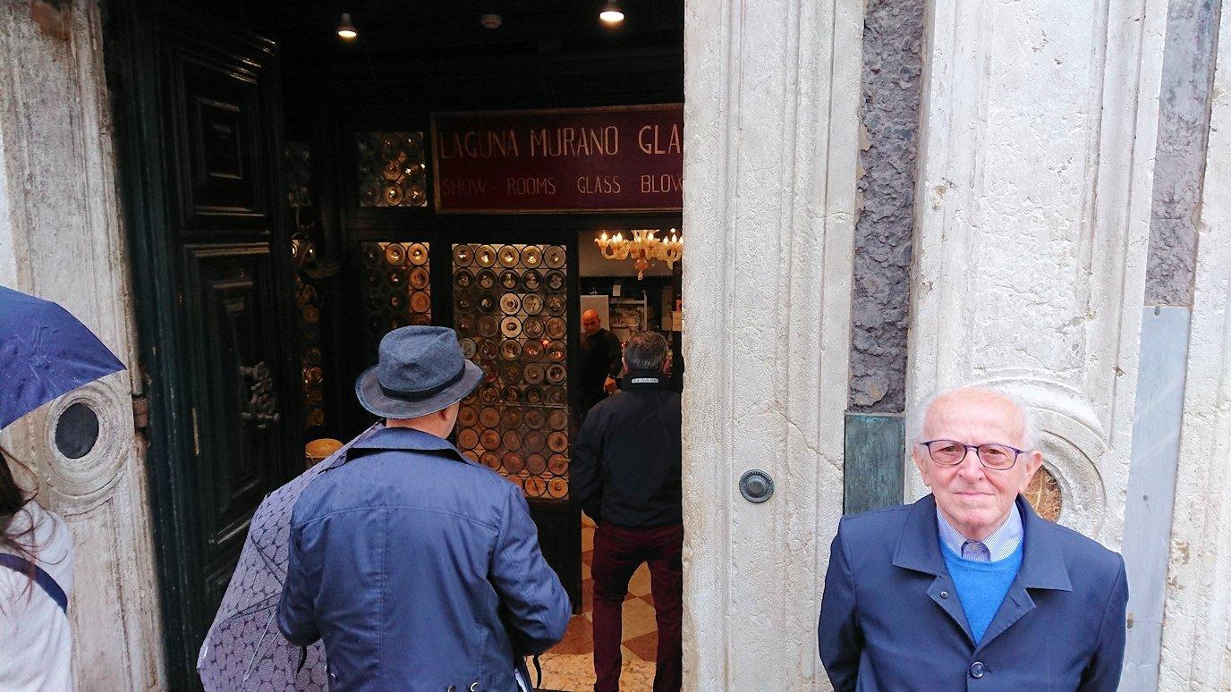 ベネチアンガラスの工房に入ります