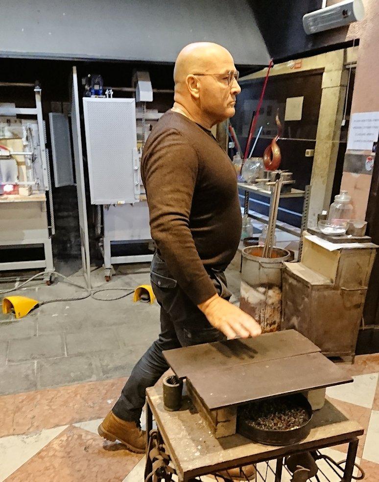 マッチョなベネチアンガラスの職人さんの横姿