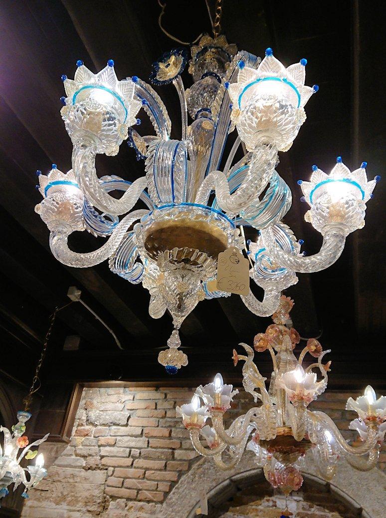 ベネチアンガラスの工房にあったシャンデリア