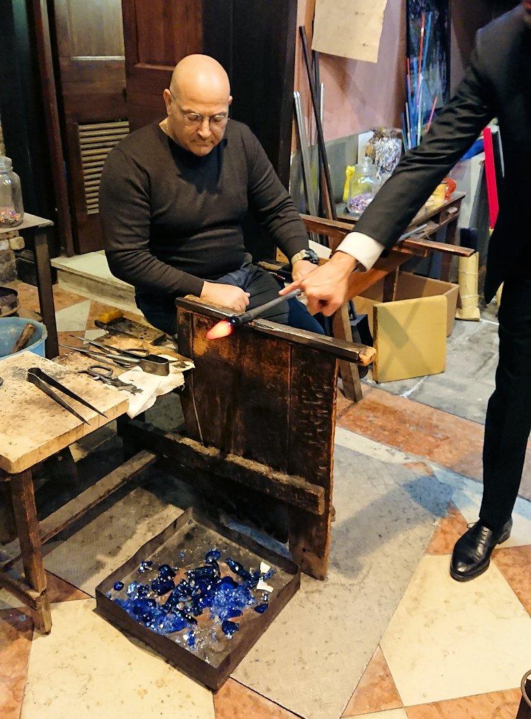 ベネチアンガラスの工房のデモンストレーション
