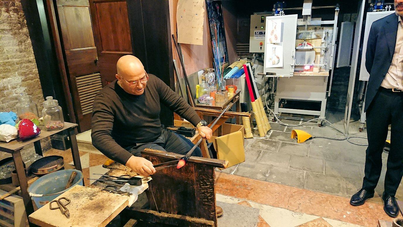 ベネチアンガラスの工房のデモンストレーション2
