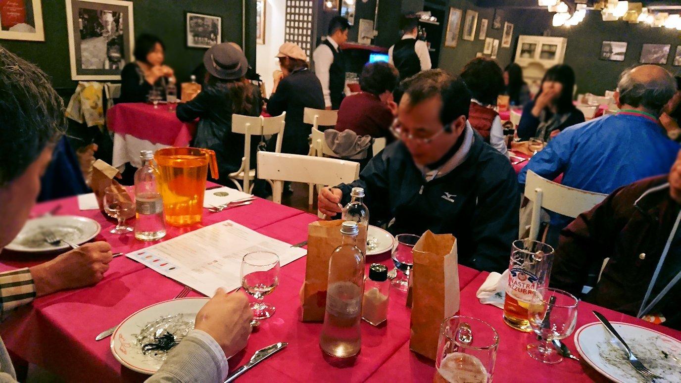 ベネチアの街のレストランでみんなとイカ墨パスタを