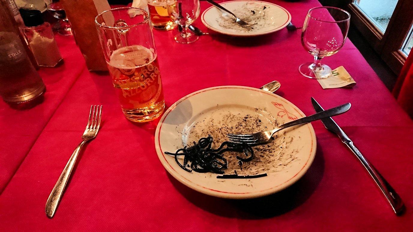 ベネチアの街のレストランでイカ墨パスタを完食