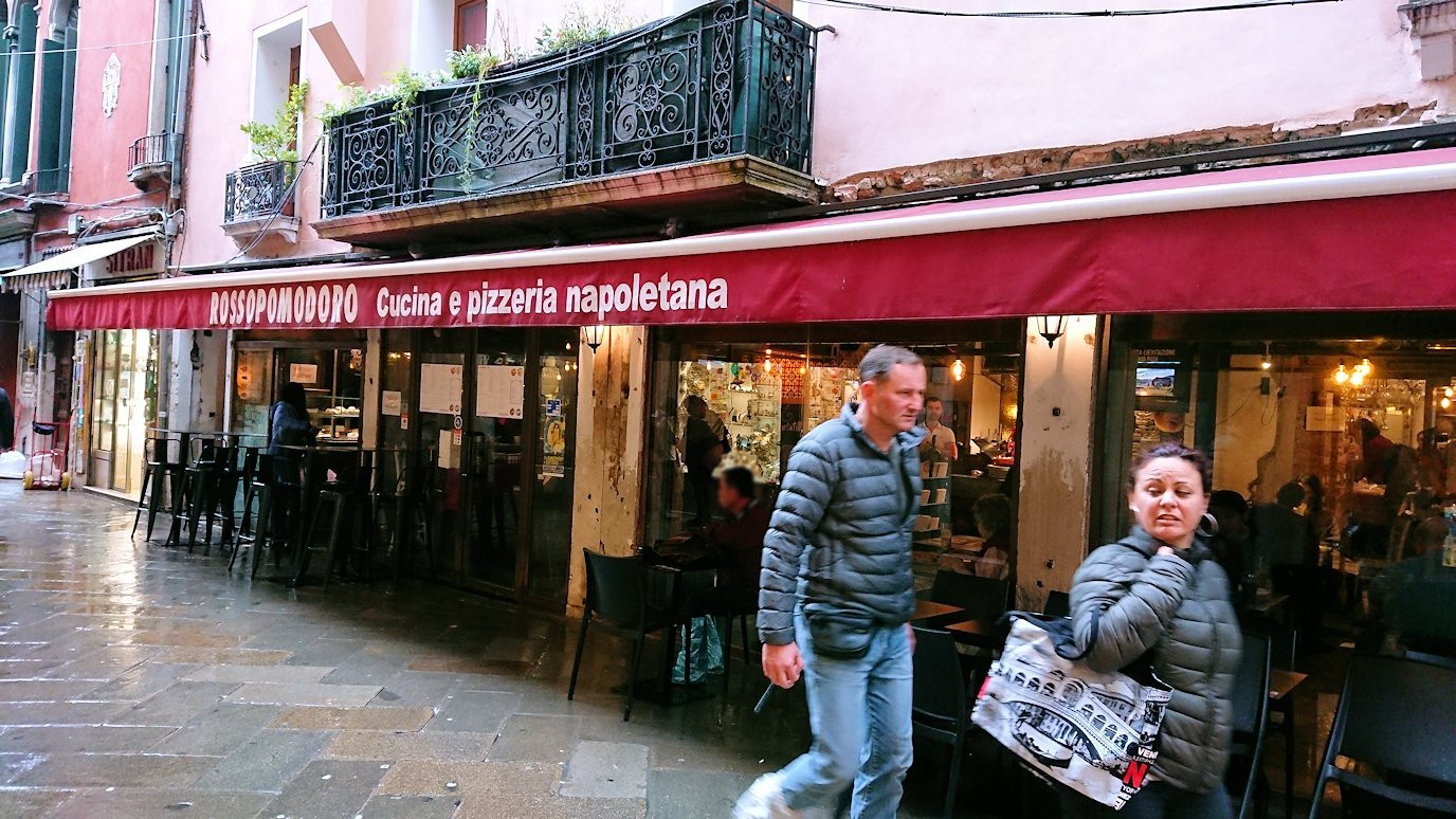ベネチアの街のレストランの外観