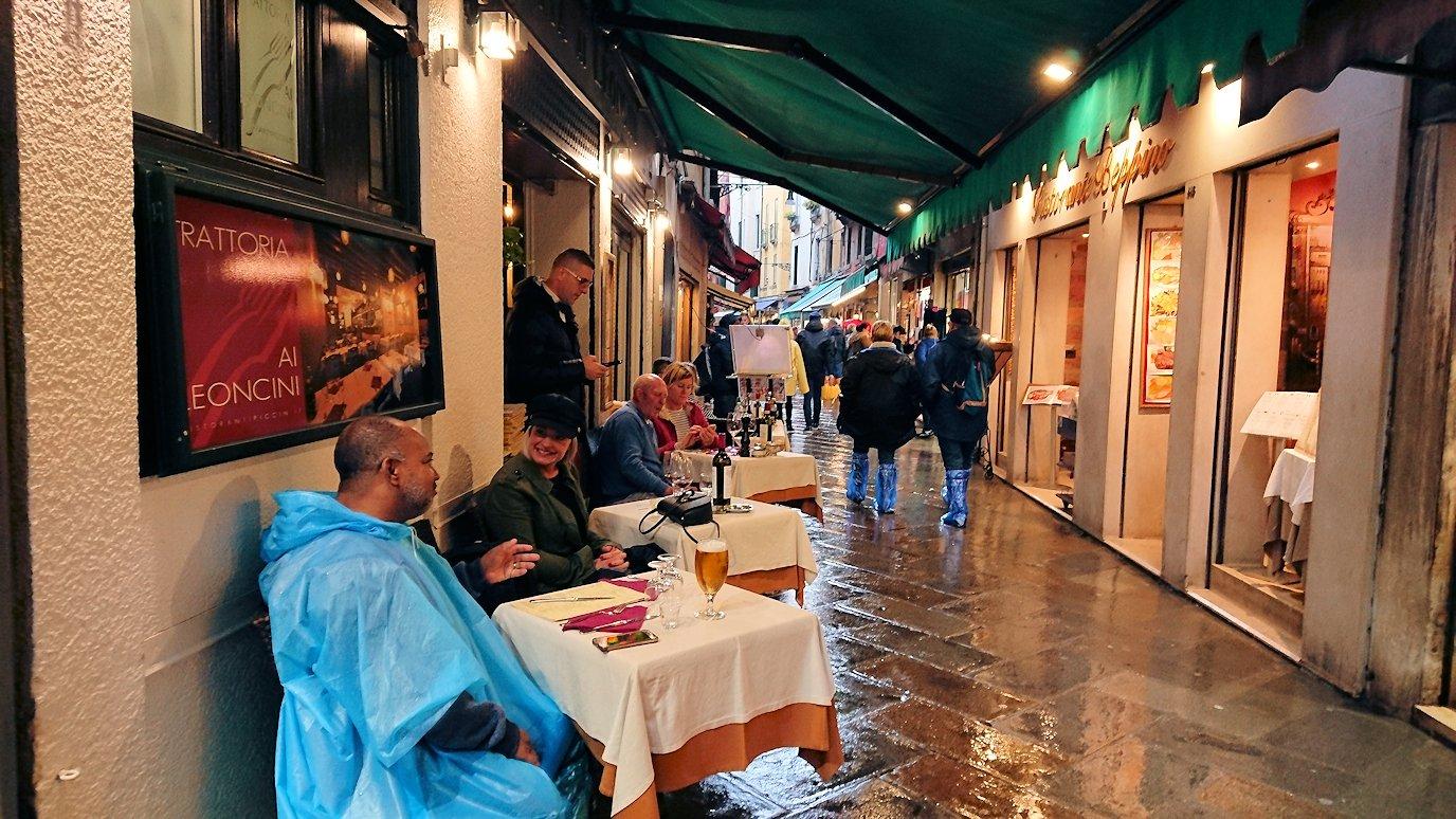 ベネチアの街のレストラン近くの路地