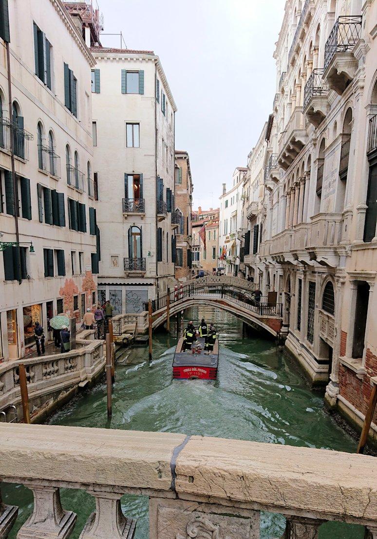 ベネチアの街のレストラン近くの橋からの風景
