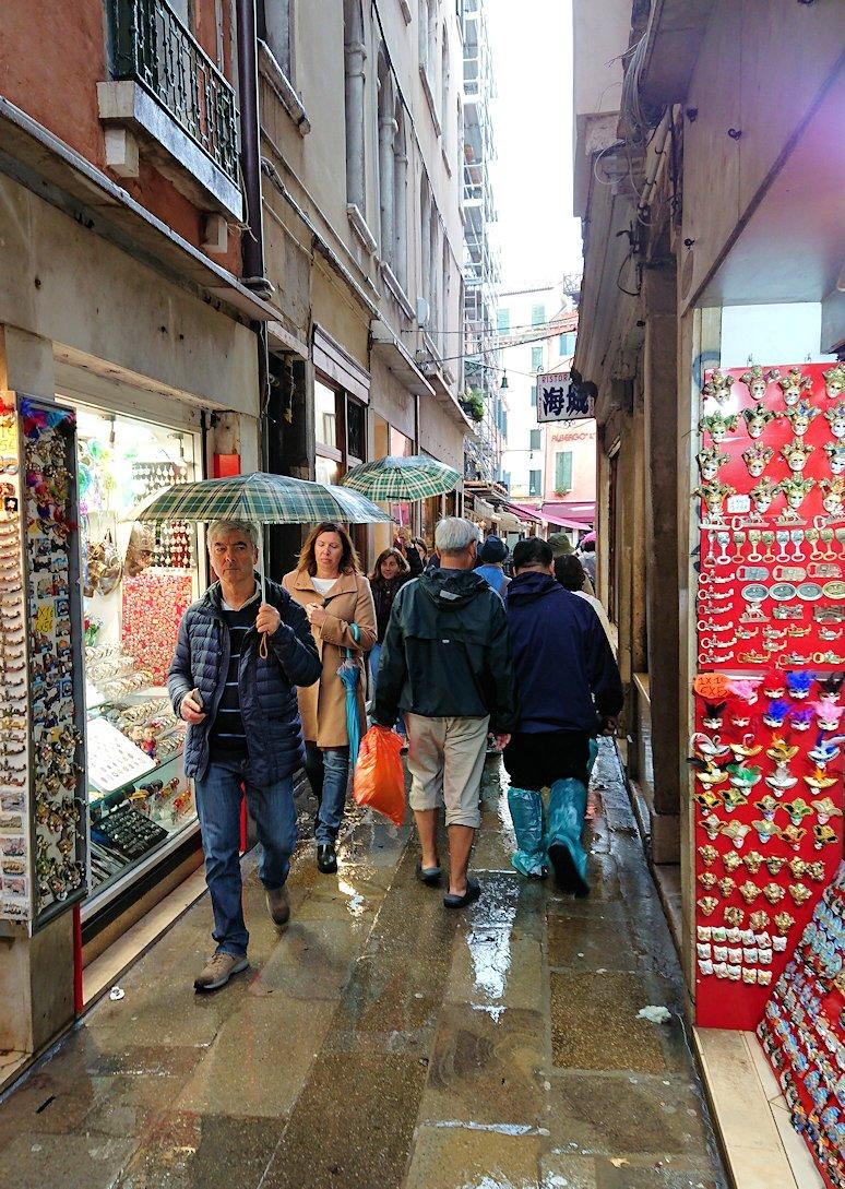 ベネチアの街の路地を進む