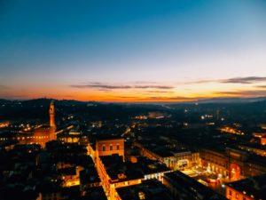 フィレンツェ市内のミケランジェロ広場で夜景を