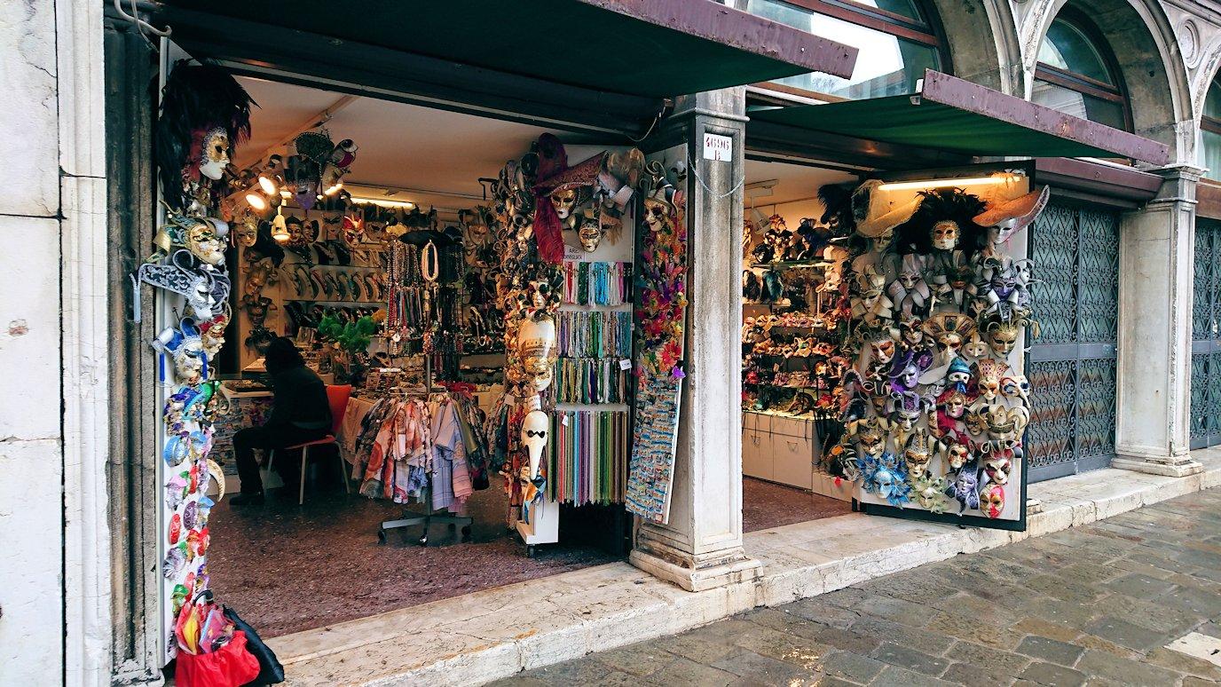 ベネチアの街の路地にあるお店4