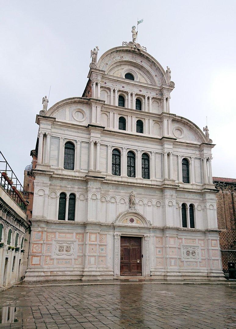 ベネチアの街の路地にある教会