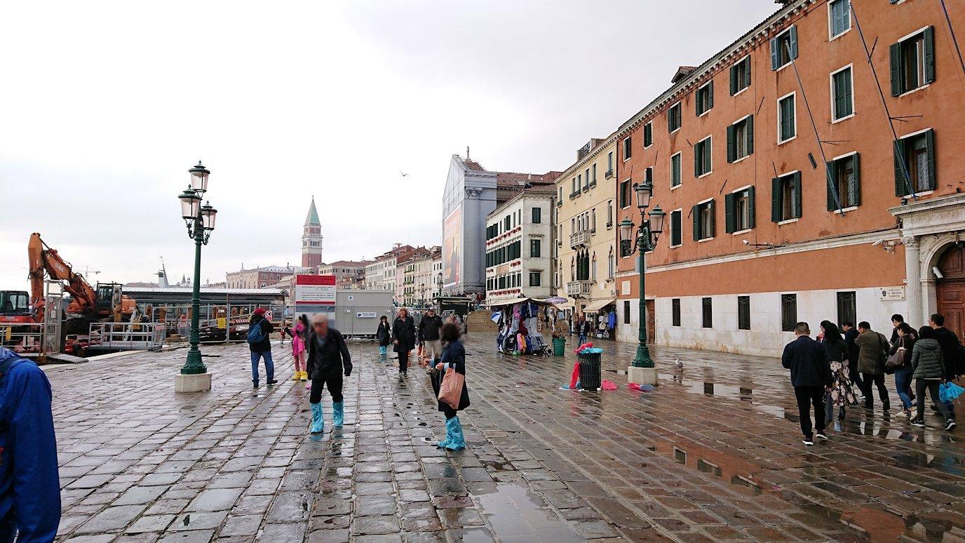 ベネチアの街の水上バス乗り場に戻る2