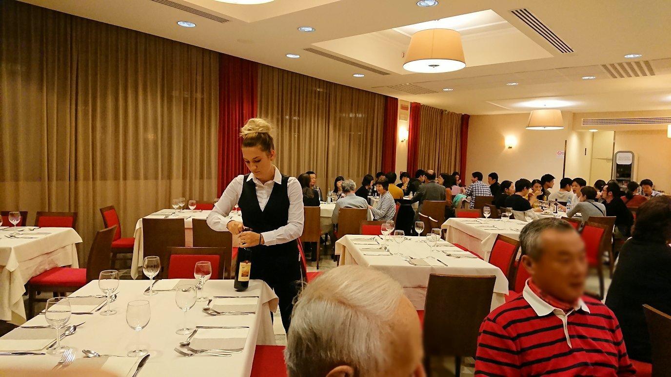 レストランにて赤ワインを開けるスタッフさん