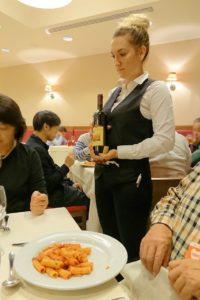 赤ワインを持つスタッフさん
