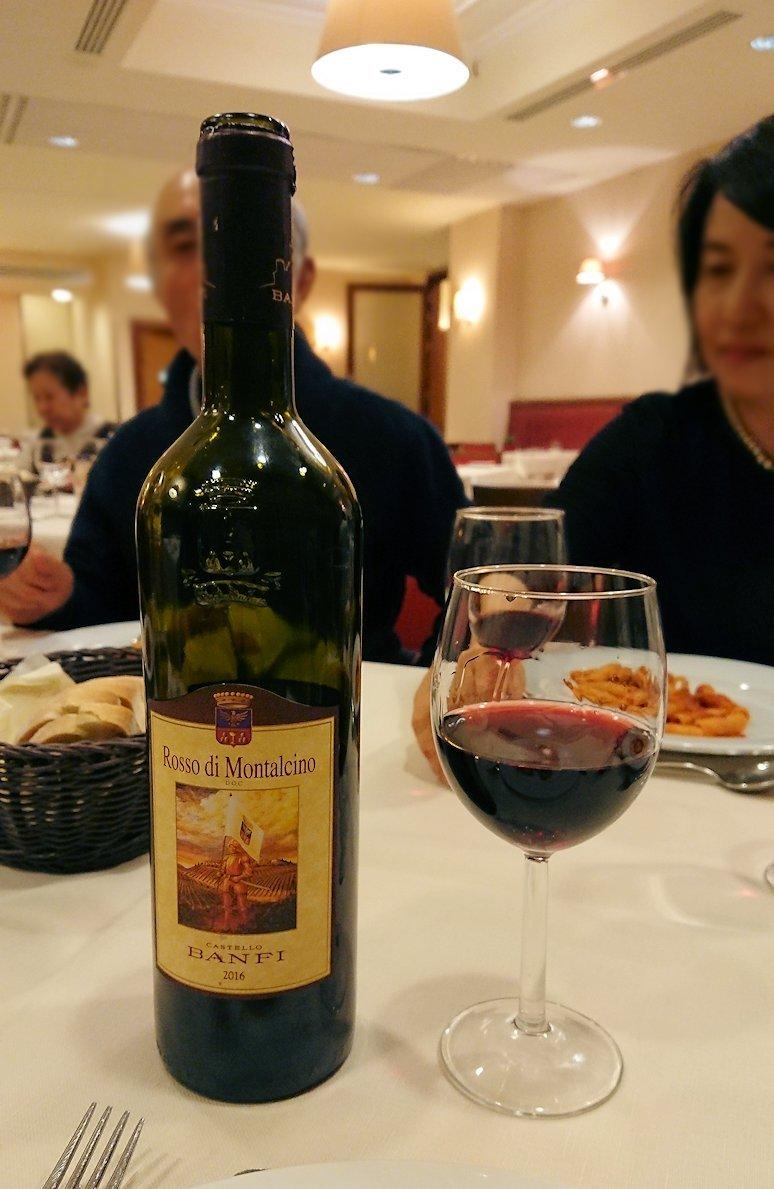 夕食レストランにて赤ワインを