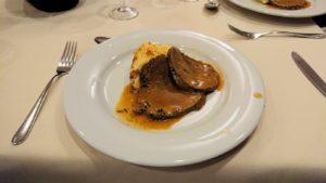 夕食レストランにてローストビーフを