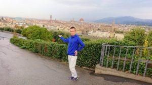 フィレンツェ市内のミケランジェロ広場で記念撮影