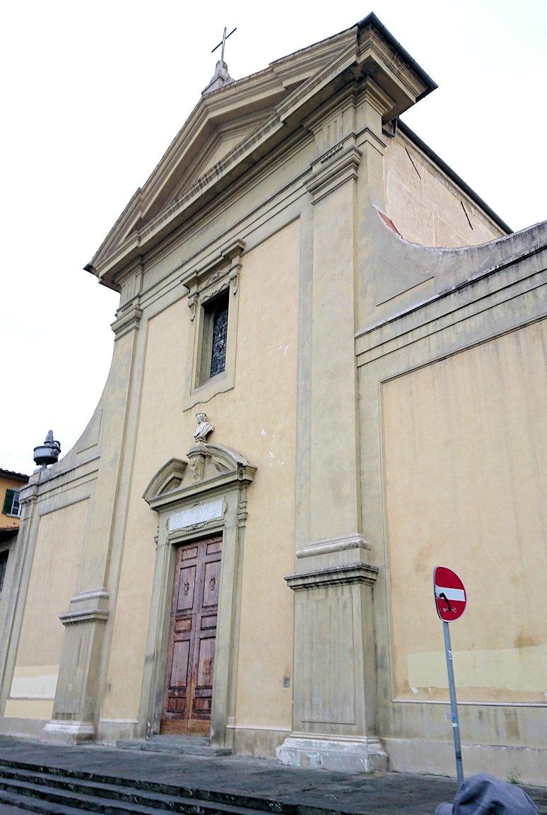 フィレンツェ市内を歩いて途中にある教会