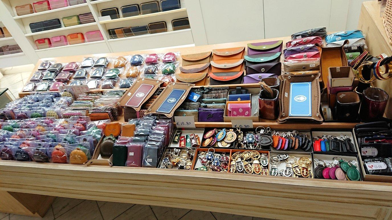 フィレンツェ市内のお土産物屋の皮製品