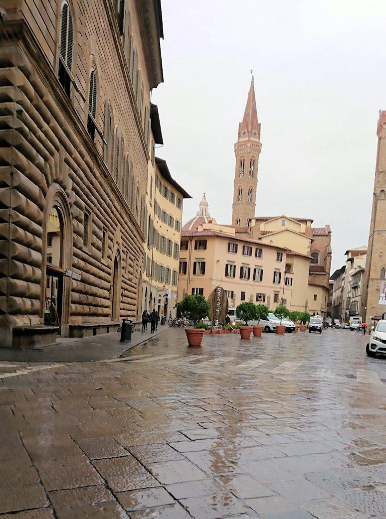 サンタクローチェ教会前の広場からまた歩いた路地から鐘楼が見える