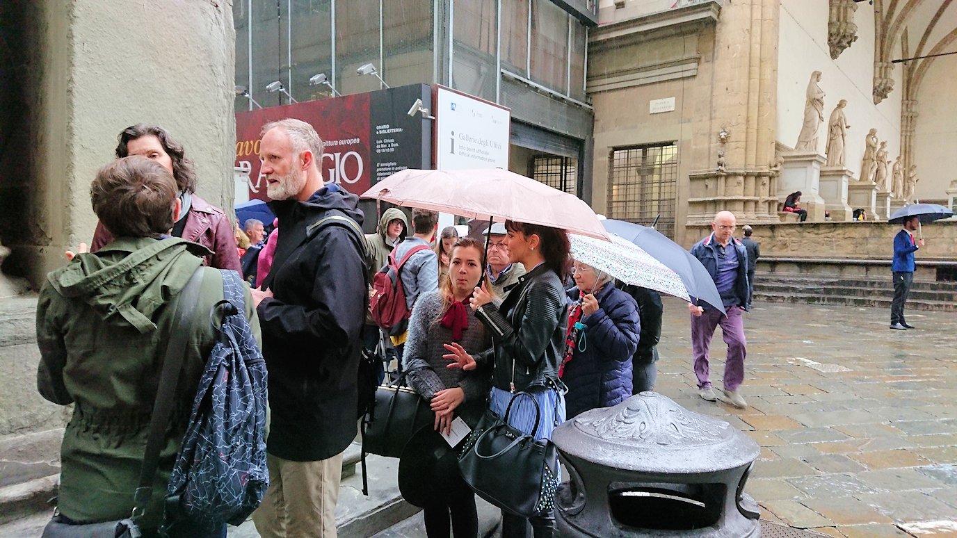 ウフィツィ美術館前の行列