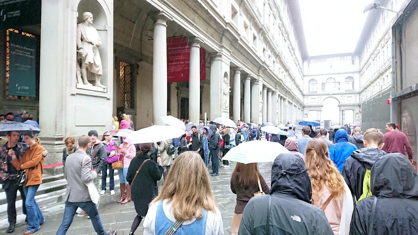 ウフィツィ美術館前の行列2