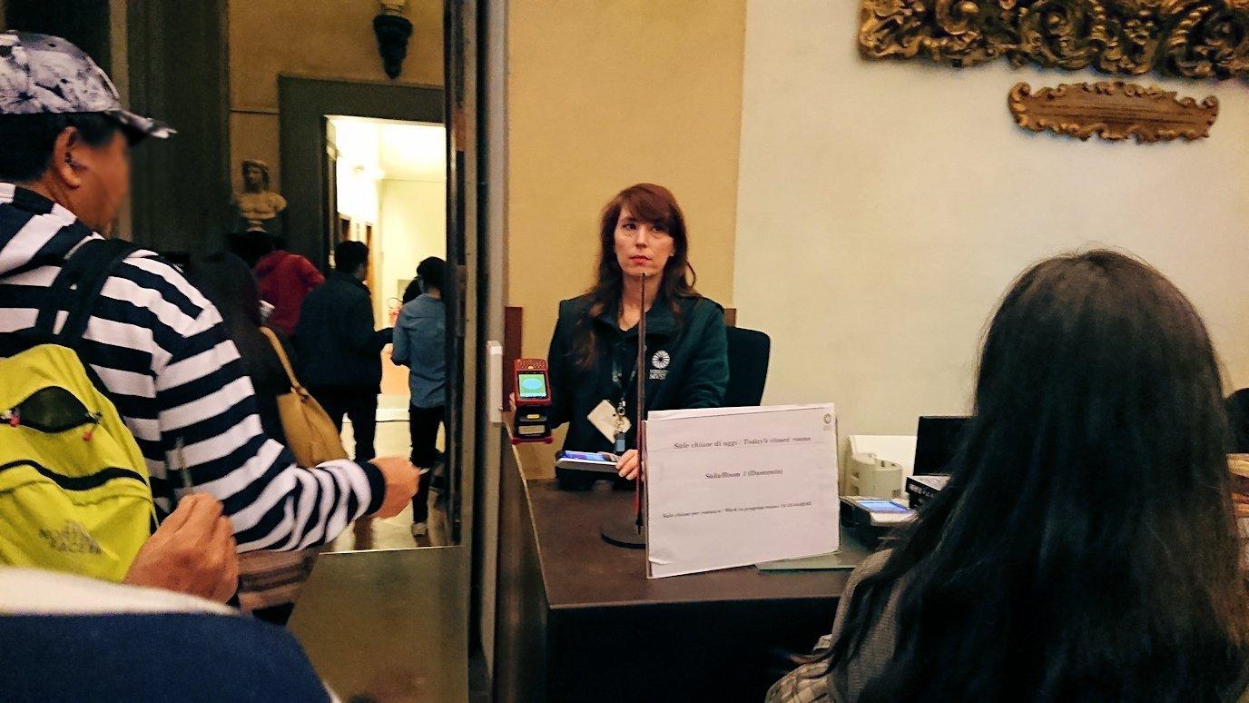ウフィツィ美術館の入場スタッフ