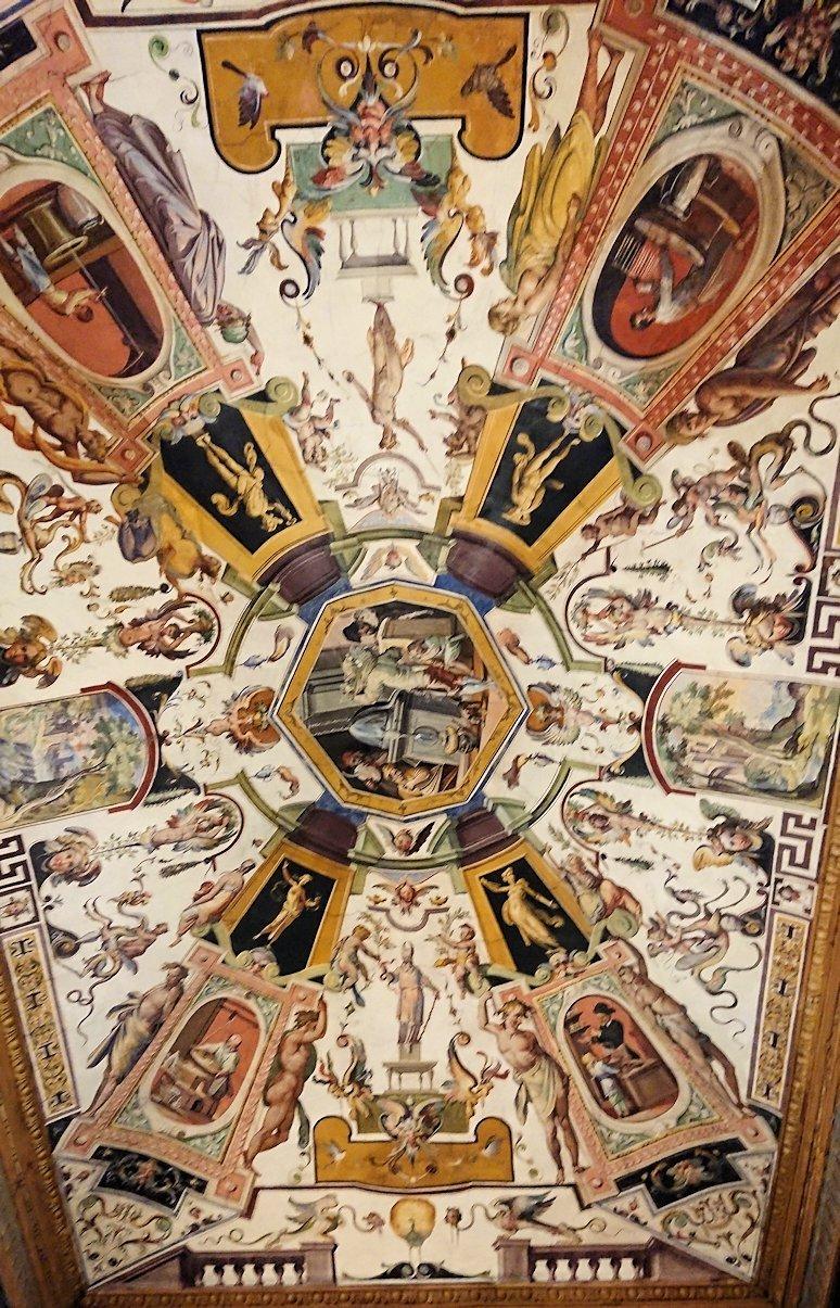 ウフィツィ美術館の像の天井