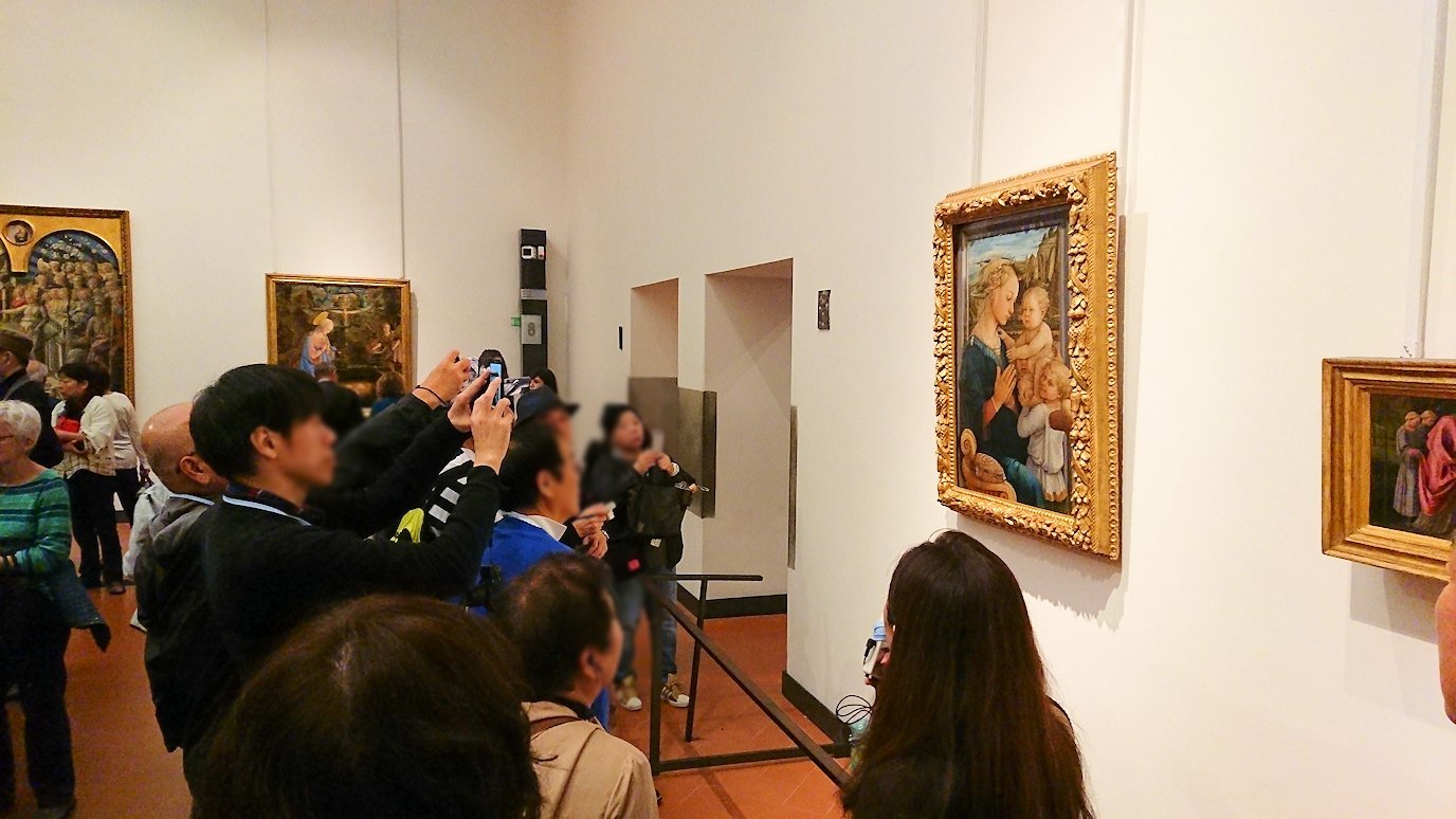 ウフィツィ美術館の有名な絵画に群がる人々