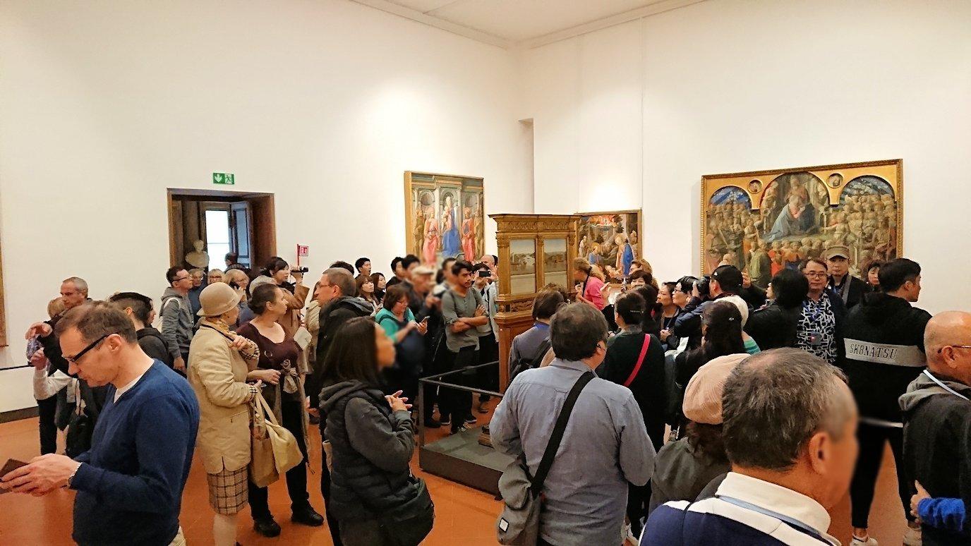 ウフィツィ美術館の有名な絵画に群がる人々2