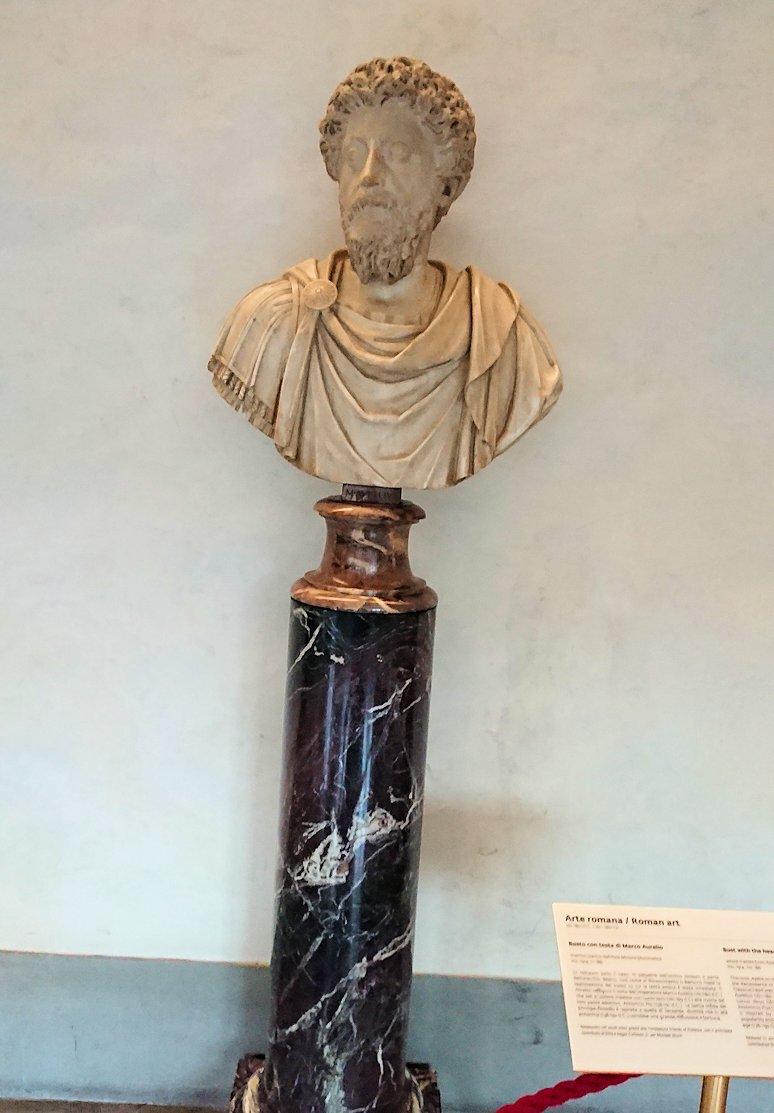 ウフィツィ美術館の回廊での銅像2