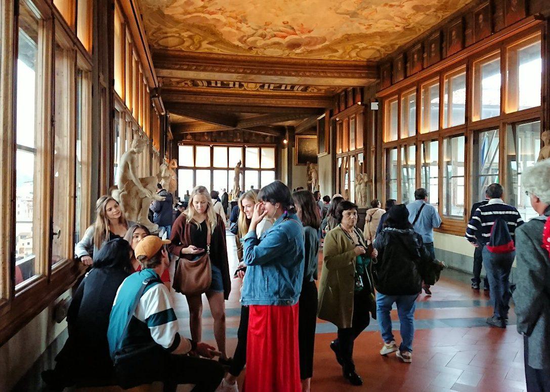 ウフィツィ美術館の回廊での様子