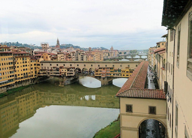 ウフィツィ美術館の回廊から見た外のポンテヴェキオ橋
